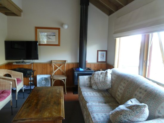 Lantern Apartments: Lounge room with lovely fireplace and picture windows