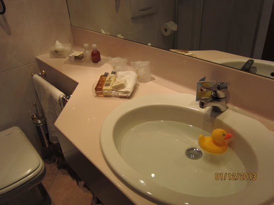 Lugano Dante Center Swiss Quality Hotel : Смешной утенок в раковине и косметика