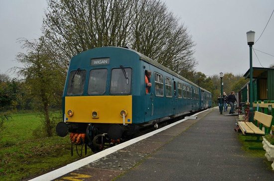 Shepherdswell, UK: The delightful Class 101 DMU stands at idyllic Eythorne station