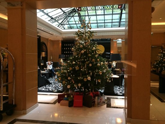 Hyatt Paris Madeleine: Hotel Lobby with Christmas Tree