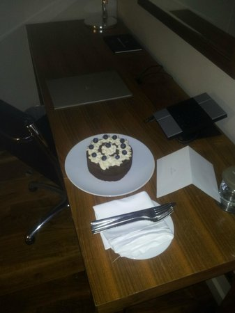 Apex City of London Hotel: Birthday cake from hatel.