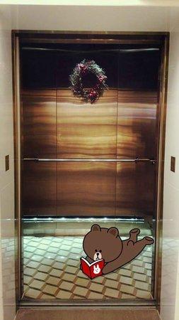 Harbour Plaza 8 Degrees : 有視覺效果地板的電梯