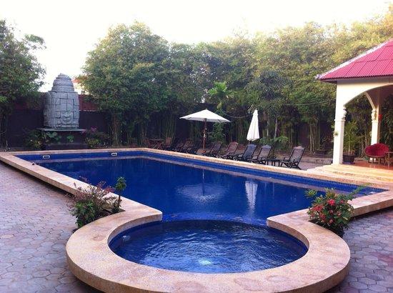 Lotus Lodge: swimming pool
