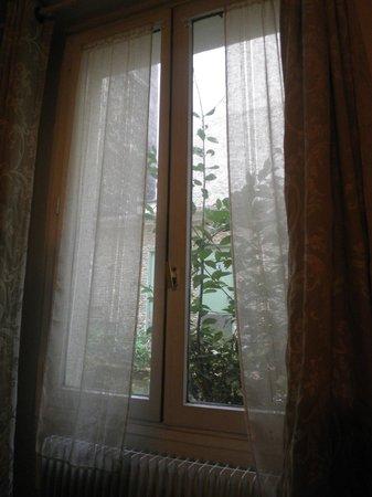 Hotel Du Moulin: finestra che affaccia sul giardino