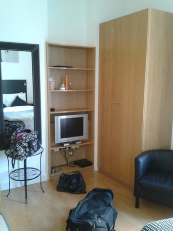Studios2Let Serviced Apartments - Cartwright Gardens: Bedroom/Armory