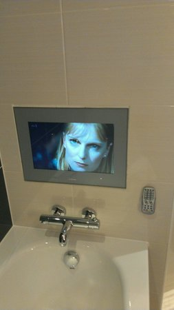 Crowne Plaza London-Gatwick Airport: Tv in the bath, executive suite!