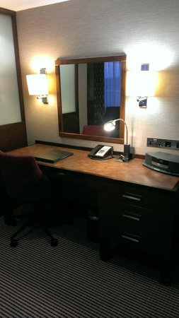 Crowne Plaza London-Gatwick Airport: Desk with bosewave system, executive suite!