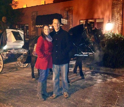 Don Hall's Old Gas House Restaurant & Bar: Carriage ride offered in parking lot