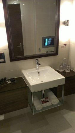 Crowne Plaza London-Gatwick Airport: Bathroom, executive suite!