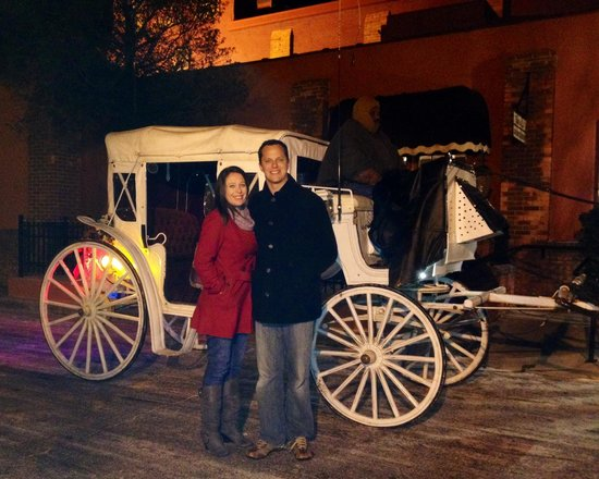 Don Hall's Old Gas House Restaurant & Bar: Horse and carriage ride offered at Halls