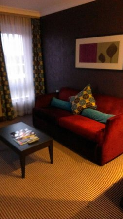 Crowne Plaza London-Gatwick Airport: Livingroom area, executive suite!