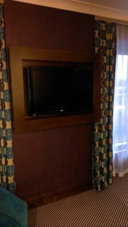 Crowne Plaza London-Gatwick Airport: Big tv, living area in executive suite!