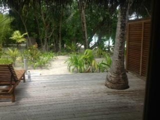 Maafushivaru: The decking and beach from villa 126
