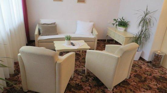 Pension Aviano: Sitzecke Zimmer 304