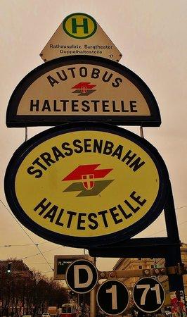 Pension Aviano: Strassenbahnschild Rathaus