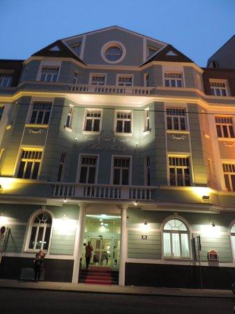 Hotel Nestroy: La façade éclairée