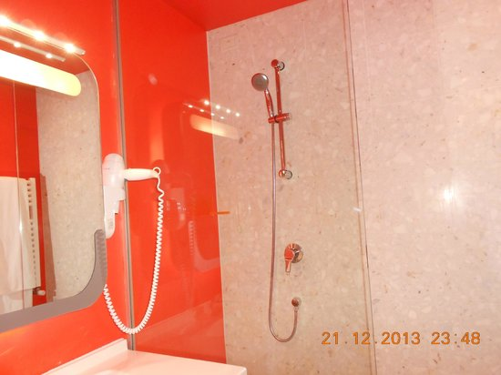 Hotel San Ranieri : brightly coloured bathroom