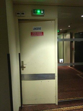 Hotel des Vosges : porte face sortie ascenseur