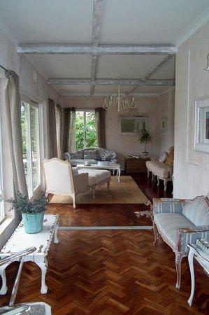 باتي بروفينس بيد آند بريكفاست: Living Room next to the breakfast area