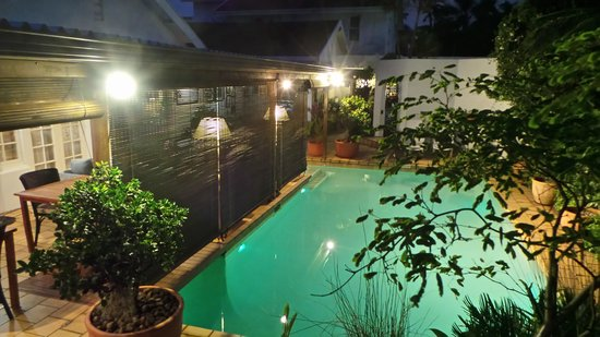 Manaar House Bed and Breakfast: Pool by night