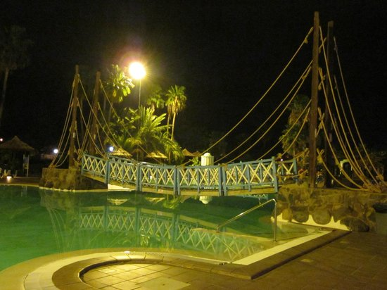 Caybeach Princess: pool bridge by night