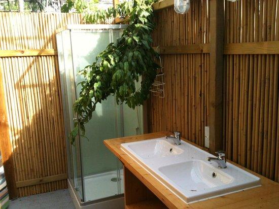 De Groote Wijzend: Tropical bathroom