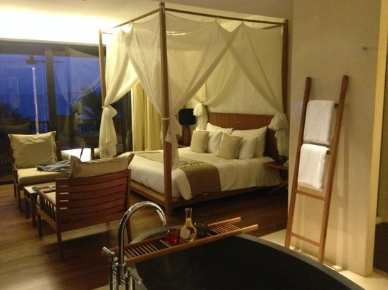 Hansar Samui Resort : That bed was magnificent, the room was gorgeous