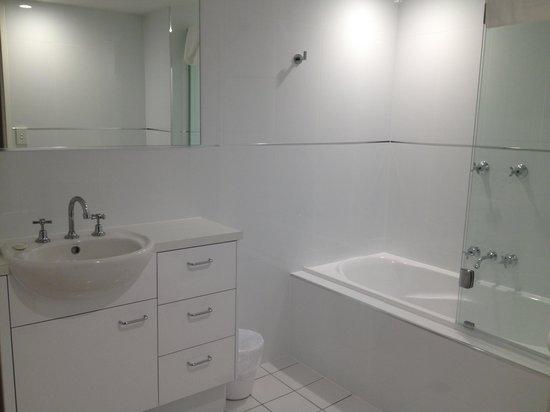 Talisman Apartments: bathroom - ensuite has shower, no bath,