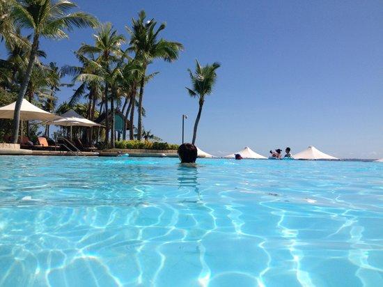 Shangri-La's Mactan Resort & Spa: プールの水温もちょうどでとっても気持ちよい