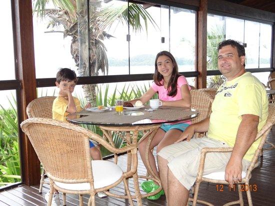 Bombinhas Tourist Hotel e Pousada: Desayunador con vista al mar
