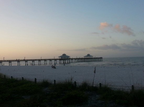Sandcastle Beach Club: FMB pier in the morning