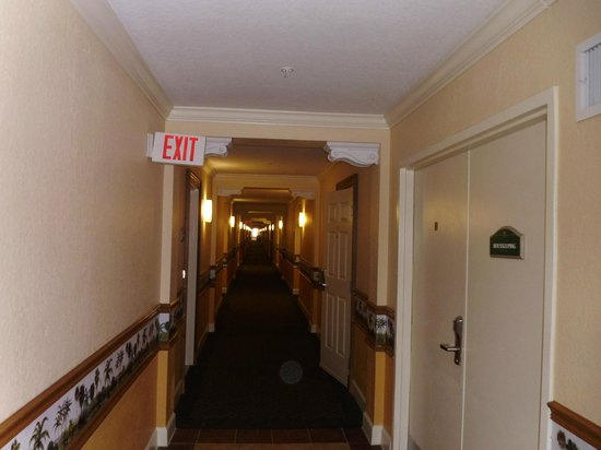 Westgate Town Center Resort & Spa : Hallway from entrance to the back