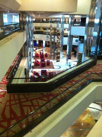Crowne Plaza Dubai-Deira: Hotel Lobby View