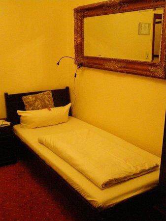Hotel an der Oper Düsseldorf: Кровать в номере сингл. Требует замены матраца.