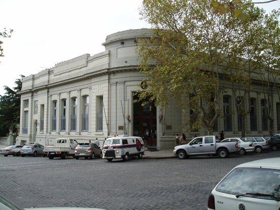 Avenida General Flores: Une banque à l'angle de General Flores et De Espana
