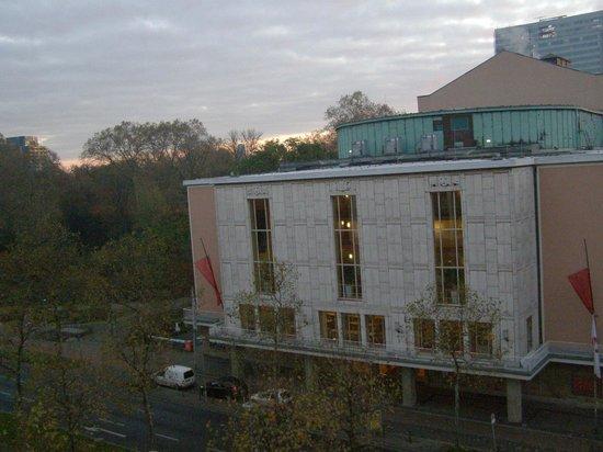 Hotel an der Oper Düsseldorf: Вид из номера на Оперу.