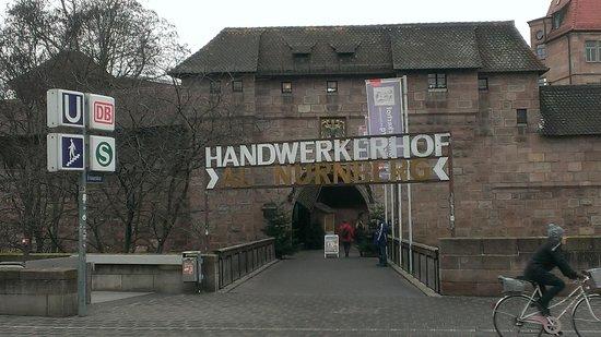 Nuremberg: City of Empires Tours: 駅を出てスグ