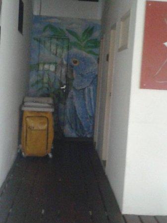 Hotel Casa Blanca: Meu quarto no fundo de tudo... e com esse carrinho de toalhas o tempo todo na porta..