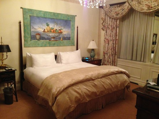 The Sherry-Netherland Hotel: Wonderful King bed