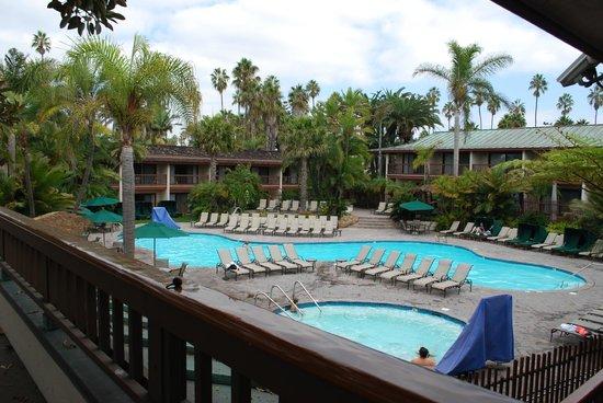 """Catamaran Resort Hotel and Spa: Vue de la piscine et du spa (dehors, au centre du """"village"""")"""