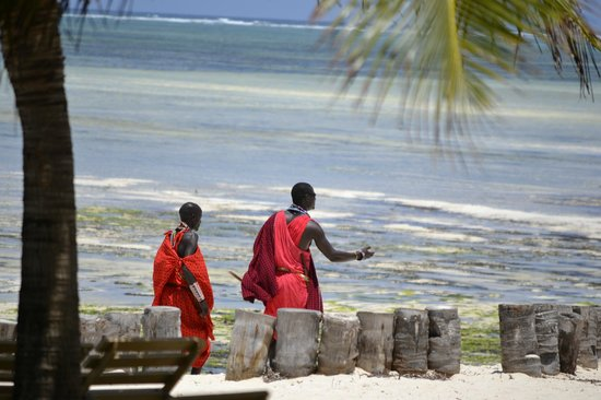 Jacaranda Beach Resort: masai in spiaggia
