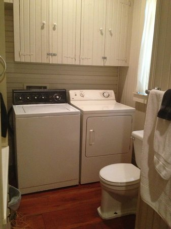BlissWood Bed and Breakfast Ranch: Laundry room, second bathroom