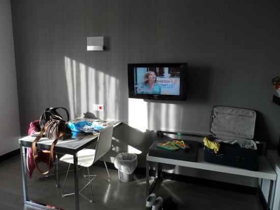 Hotel Dimar: TV and table