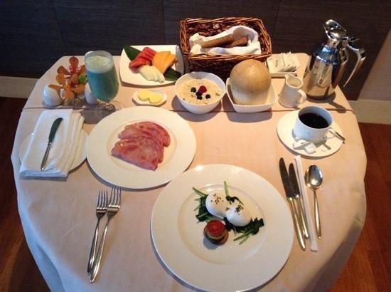 Capella Singapore: room service breakfast