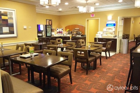 Holiday Inn Express & Suites Boston - Cambridge: Breakfast area