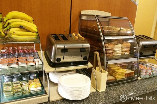 Holiday Inn Express & Suites Boston - Cambridge: Breakfast