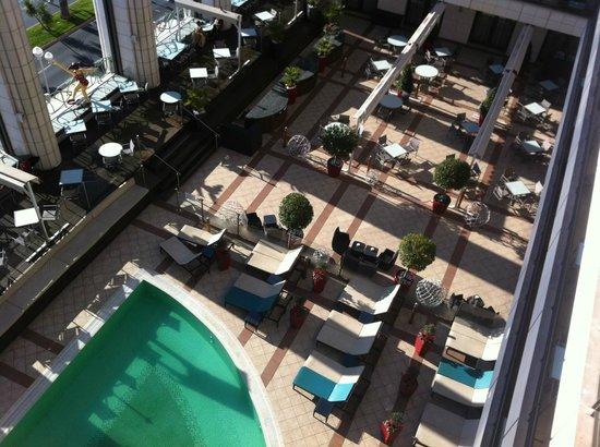 Hyatt Regency Nice Palais de la Mediterranee: Vista piscina