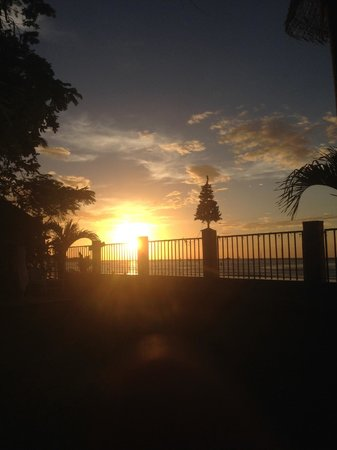 Hotel Villa Amarilla: Chilling on the grounds watching the sunset.