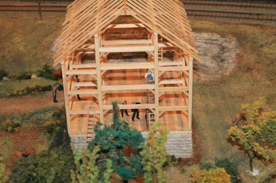St. Jacobs & Aberfoyle Model Railway: menonites building a barn