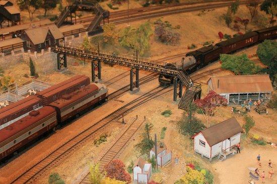 St. Jacobs & Aberfoyle Model Railway: passing through